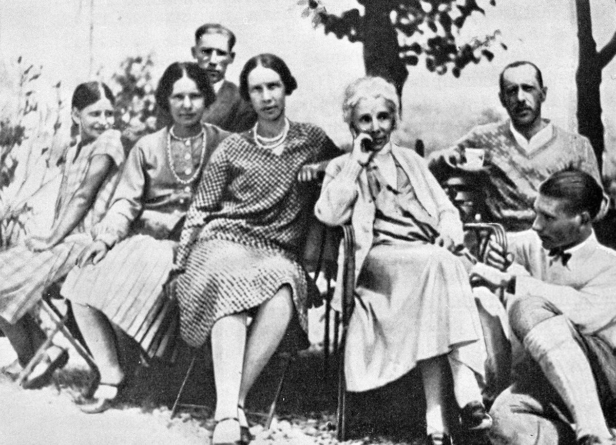 Igor Stravinski (v ozadju) z družino v Švici, 1929