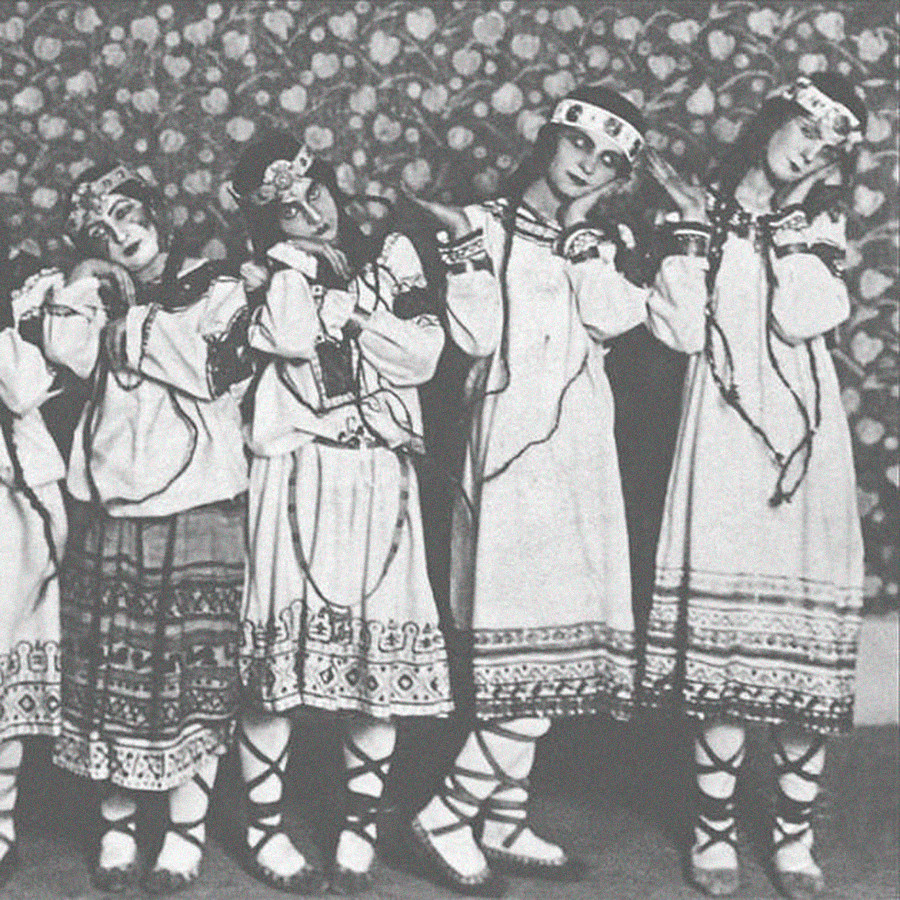 """Ballerini del balletto """"La sagra della primavera"""" nei costumi disegnati da Nicholas Roerich (Nikolaj Rerikh), 1913"""