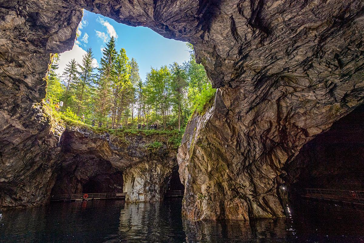 Карелија, Сортавала. У пећинама мраморног кањона, планински парк Рускеала.