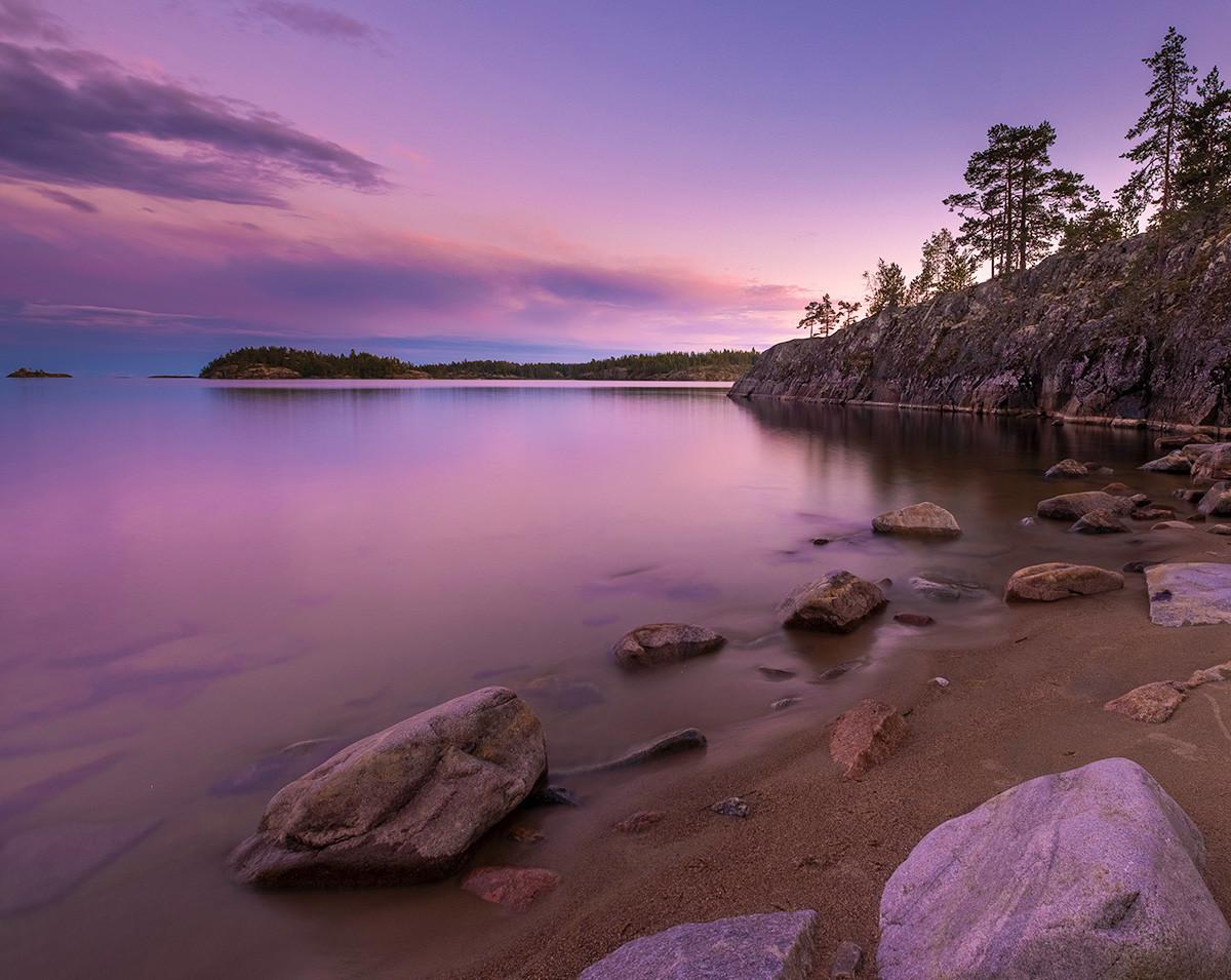 Национални парк Ладога, острва са стеновитим литицама, север Русије, република Карелија. Лето, залазак сунца.