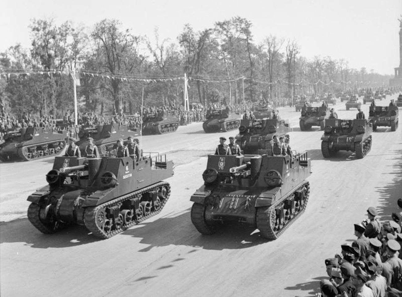 """Britische selbstfahrende Waffen """"Sexton"""" während der Parade am 7. September 1945"""