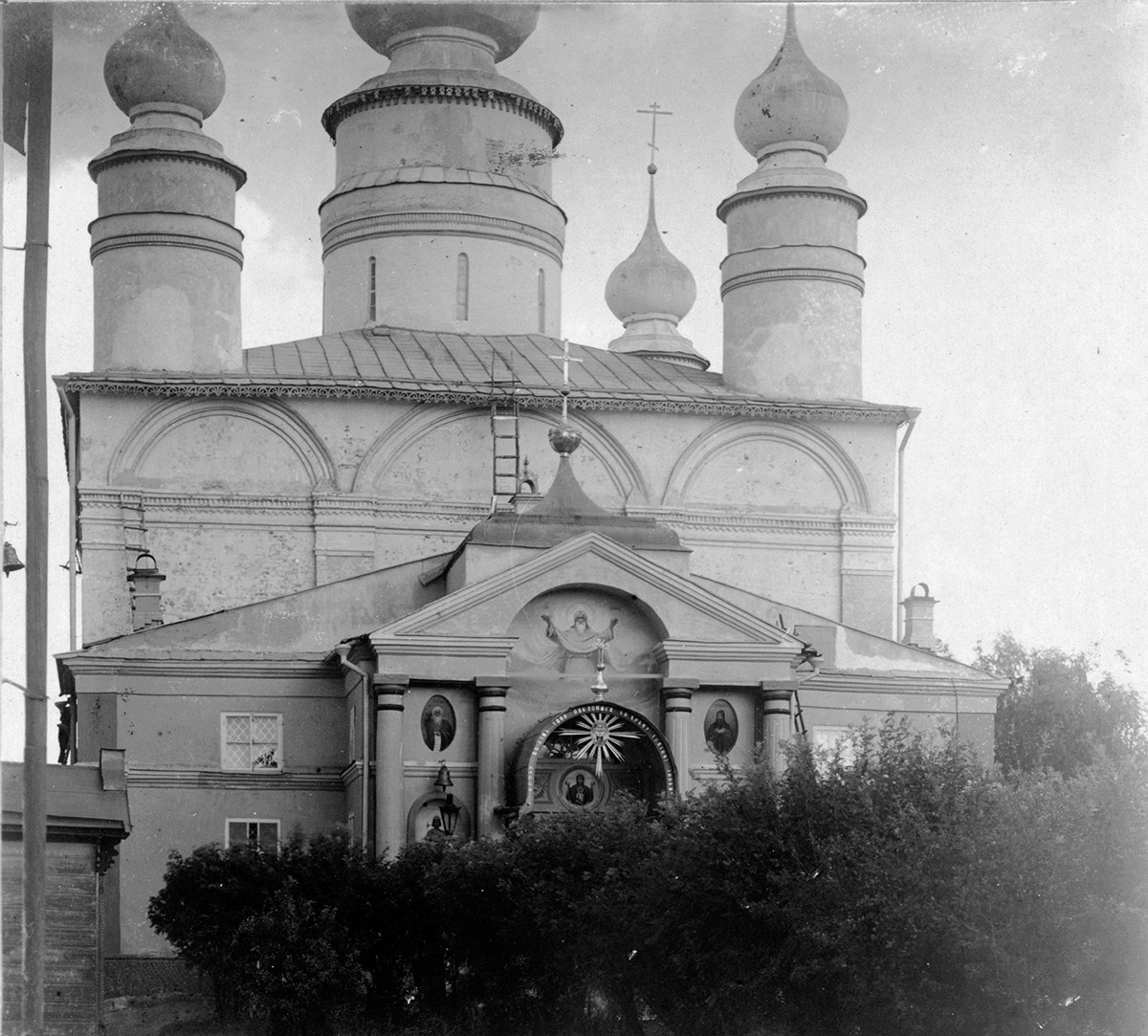 Cathedral of Sts. Boris & Gleb, west view. The flanking decorative wooden cupolas were placed on the roof in 1836 and removed in 1925 by the architect and preservation specialist Piotr Baranovsky. Summer 1911