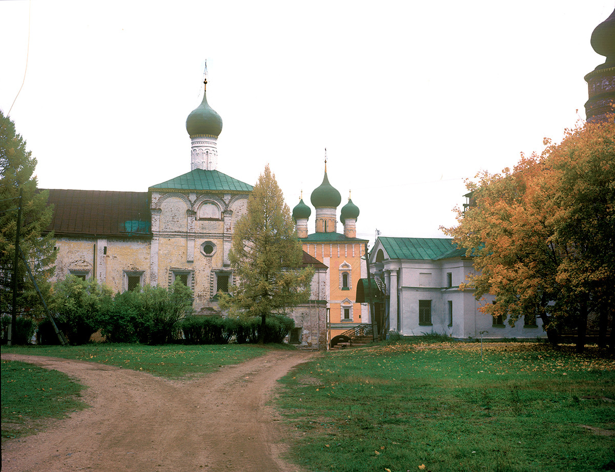 Refectory Church of the Annunciation, south view. Right background: Church of the Purification over North Gate. October 4, 1992