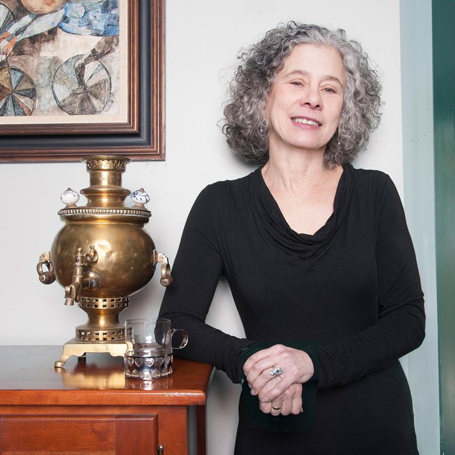 """Goldstein, historiadora da culinária de renome mundial e autora de muitos livros, entre eles """"A Taste of Russia"""" (""""Um Sabor da Rússia"""")."""