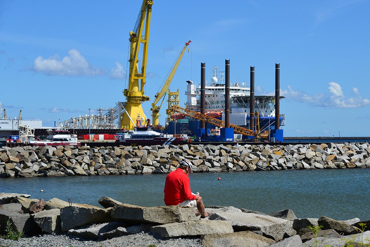 Ruska ladja Akademik Čarski za postavljanje plinovoda v nemški luki Mukran na otoku Rügen. Luka Mukran je logistični center Severnega toka 2, kjer hranijo cevi za njegovo izgradnjo.