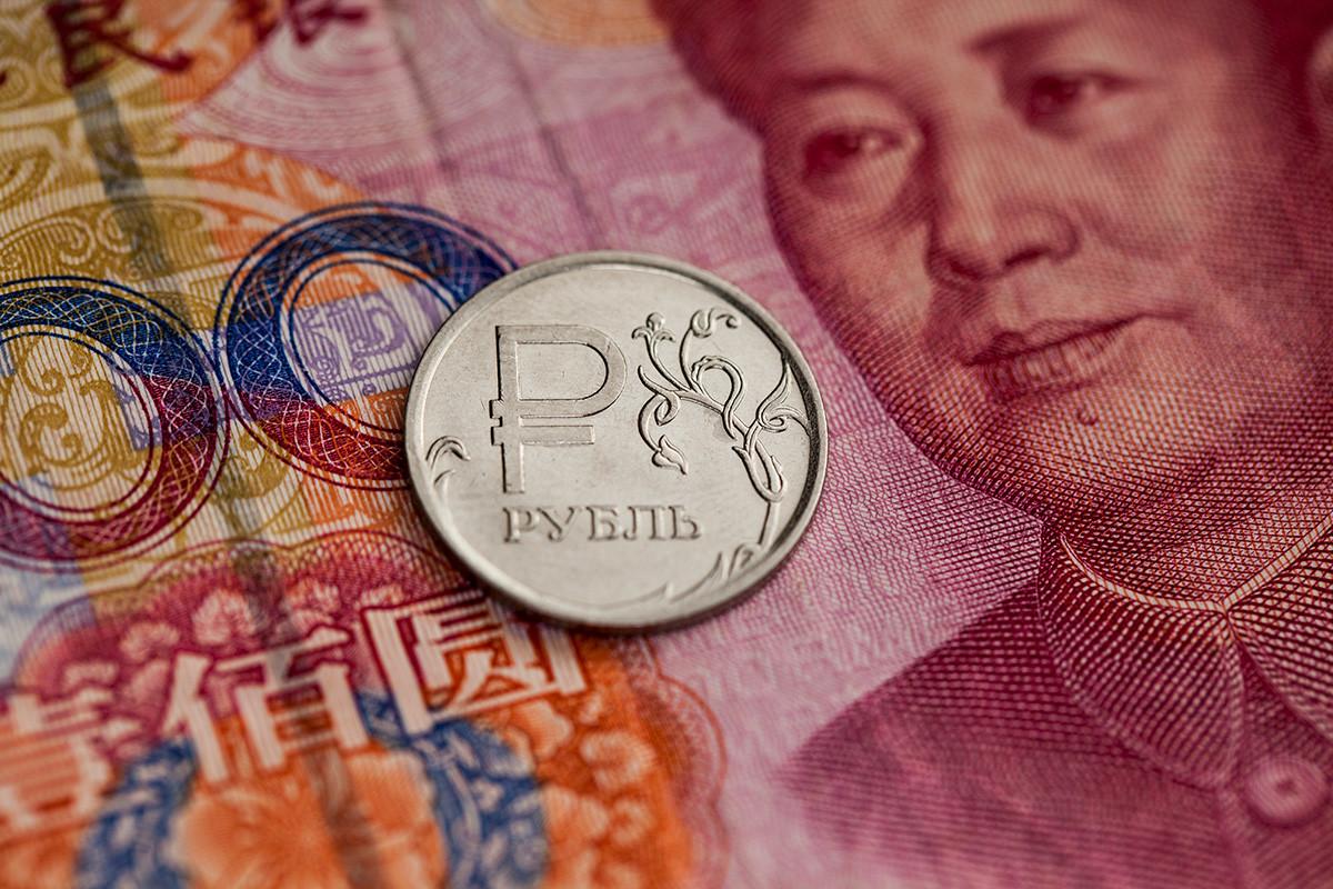 En rubelj na bankovcu za sto juanov