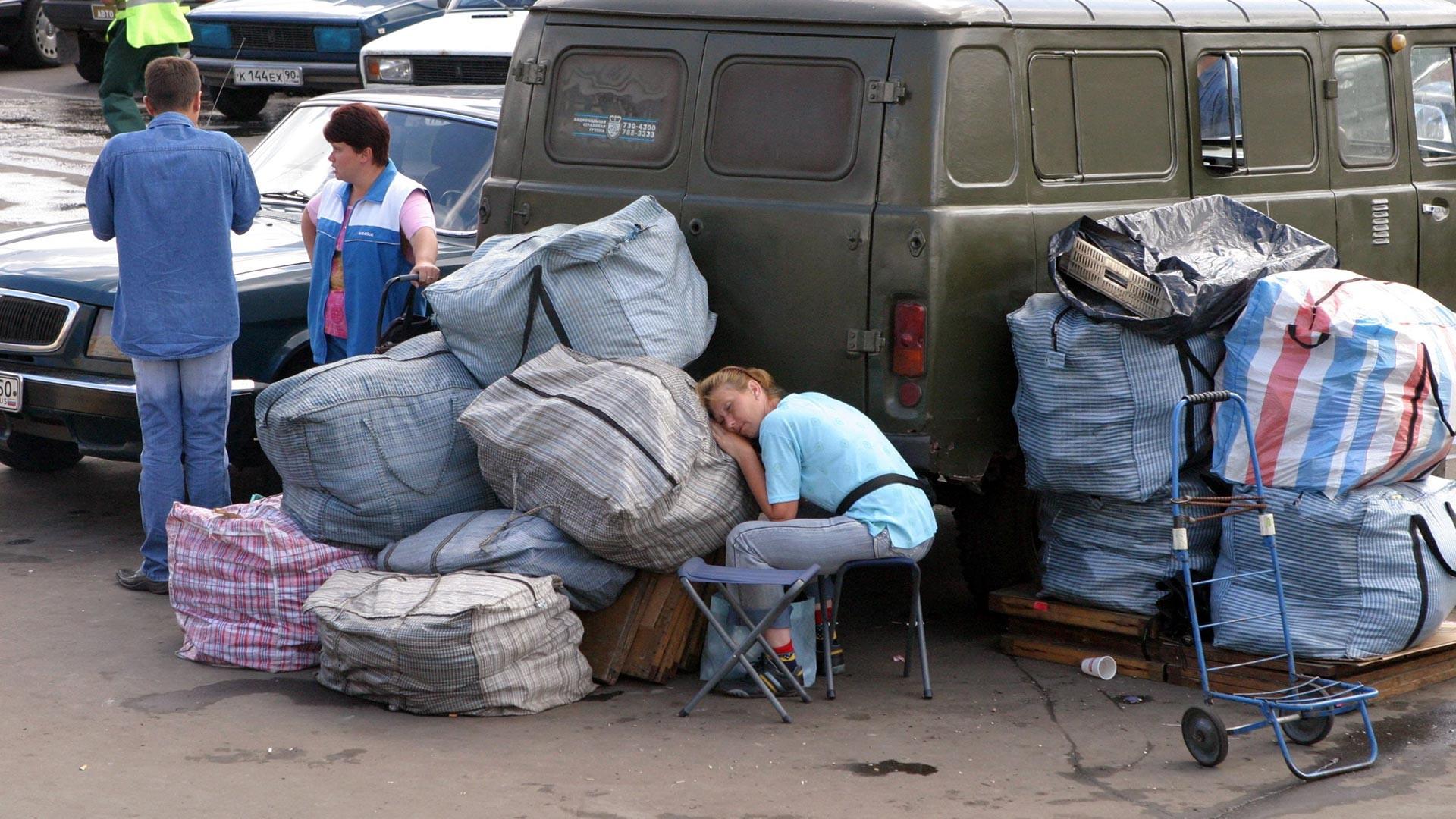 Люди с багажом на Комсомольской площади в Москве. Начало 2000-х.