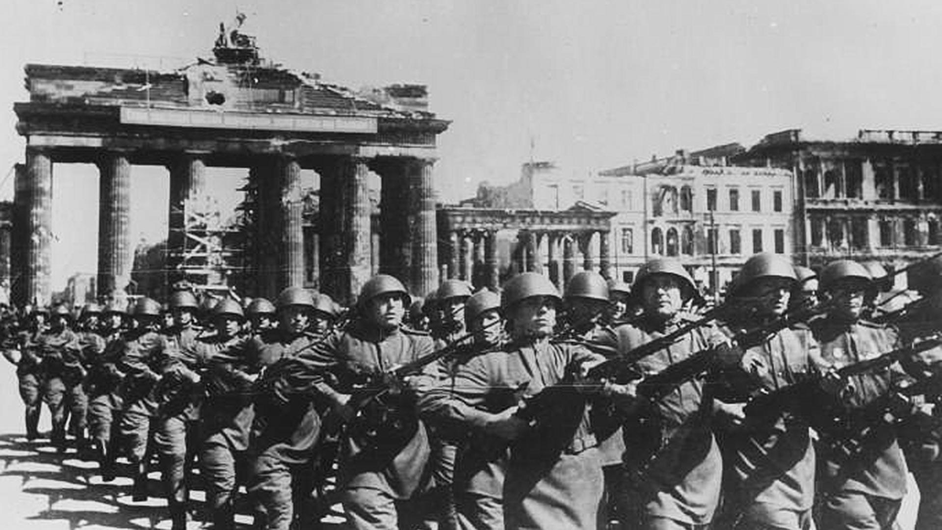 Troupes soviétiques durant le défilé à Berlin