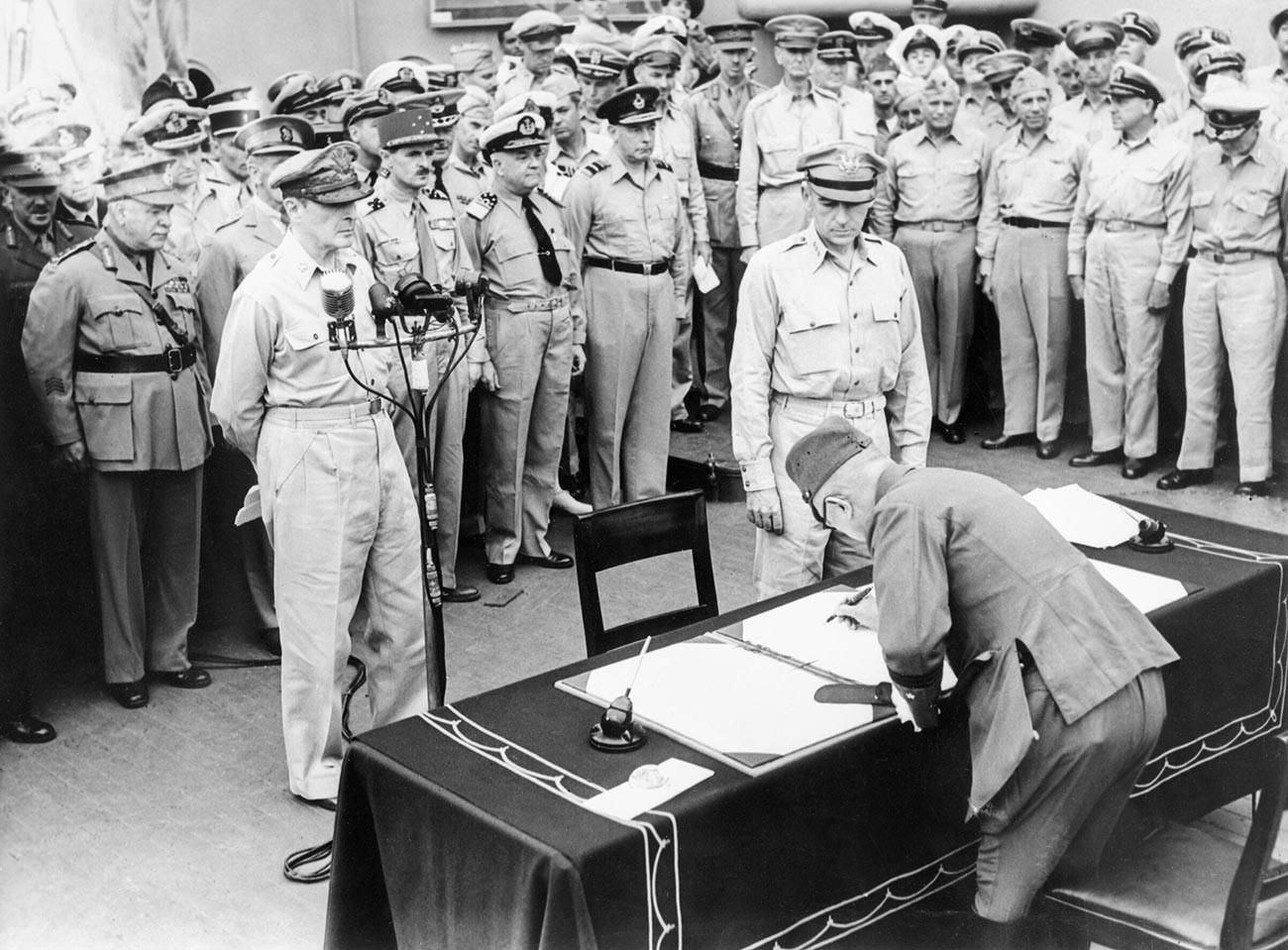 Le général Yoshijirō Umezu signant la capitulation japonaise