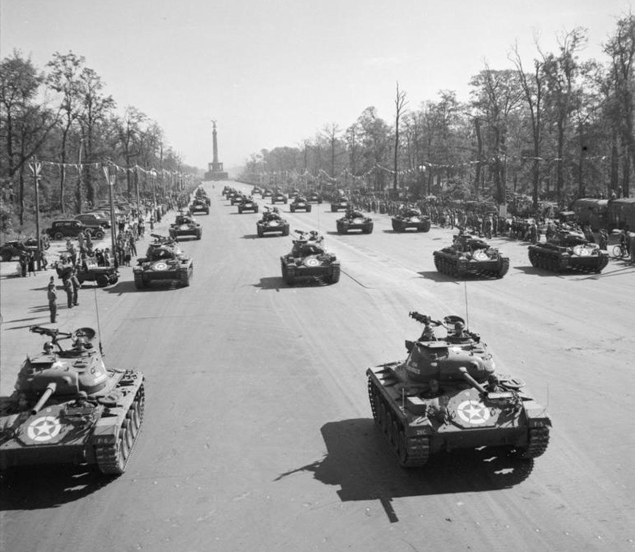 Des chars américains M24 Chaffee durant le défilé à Berlin