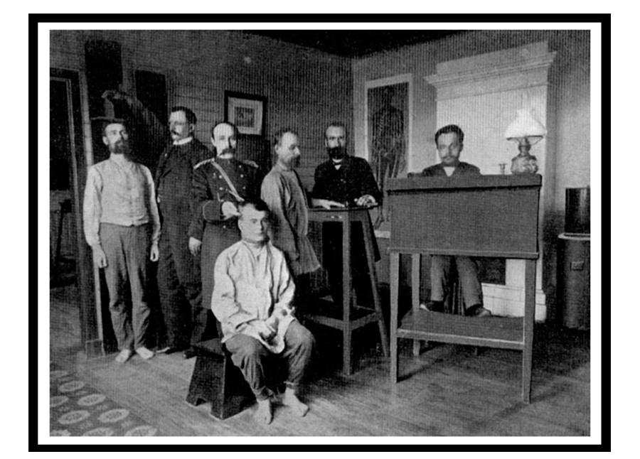 Служители регистрират задържаните (снимка от началото на XX век)