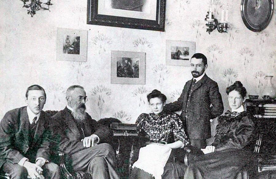 ニコライ・リムスキー=コルサコフのリビングルームにて。左側からイーゴリ・ストラヴィンスキー、ニコライ・リムスキー=コルサコフ、リムスキー=コルサコフの娘ナジエージダ、ナジエージダのフィアンセ、ストラヴィンスキーの妻エカテリーナ、1908年
