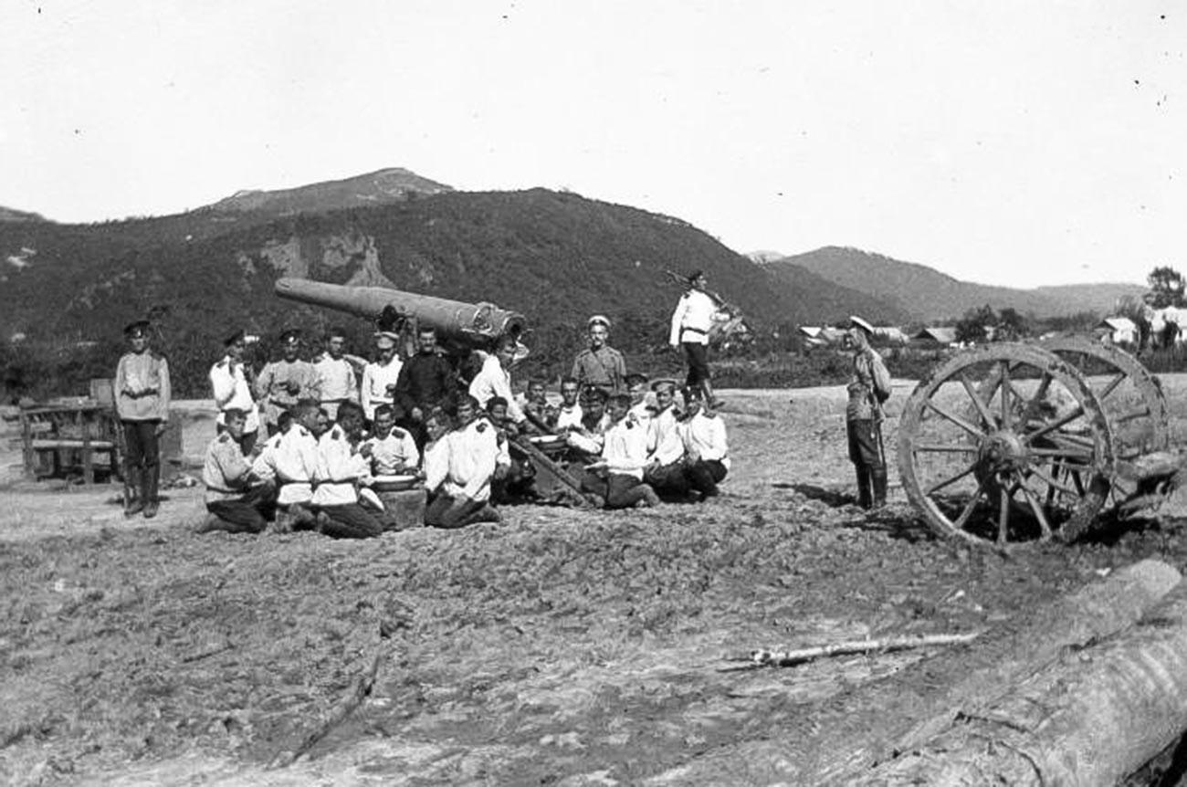 Rusko-japanski rat. Grupa vojnika i časnika pored artiljerijskog oruđa.
