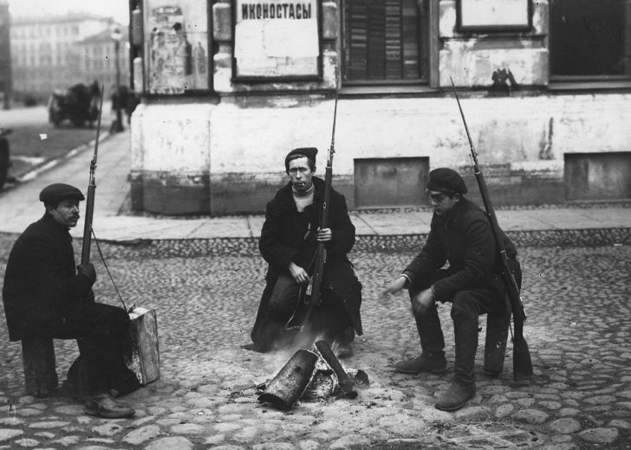 Des soldats de l'Armée rouge dans les rues, 1918