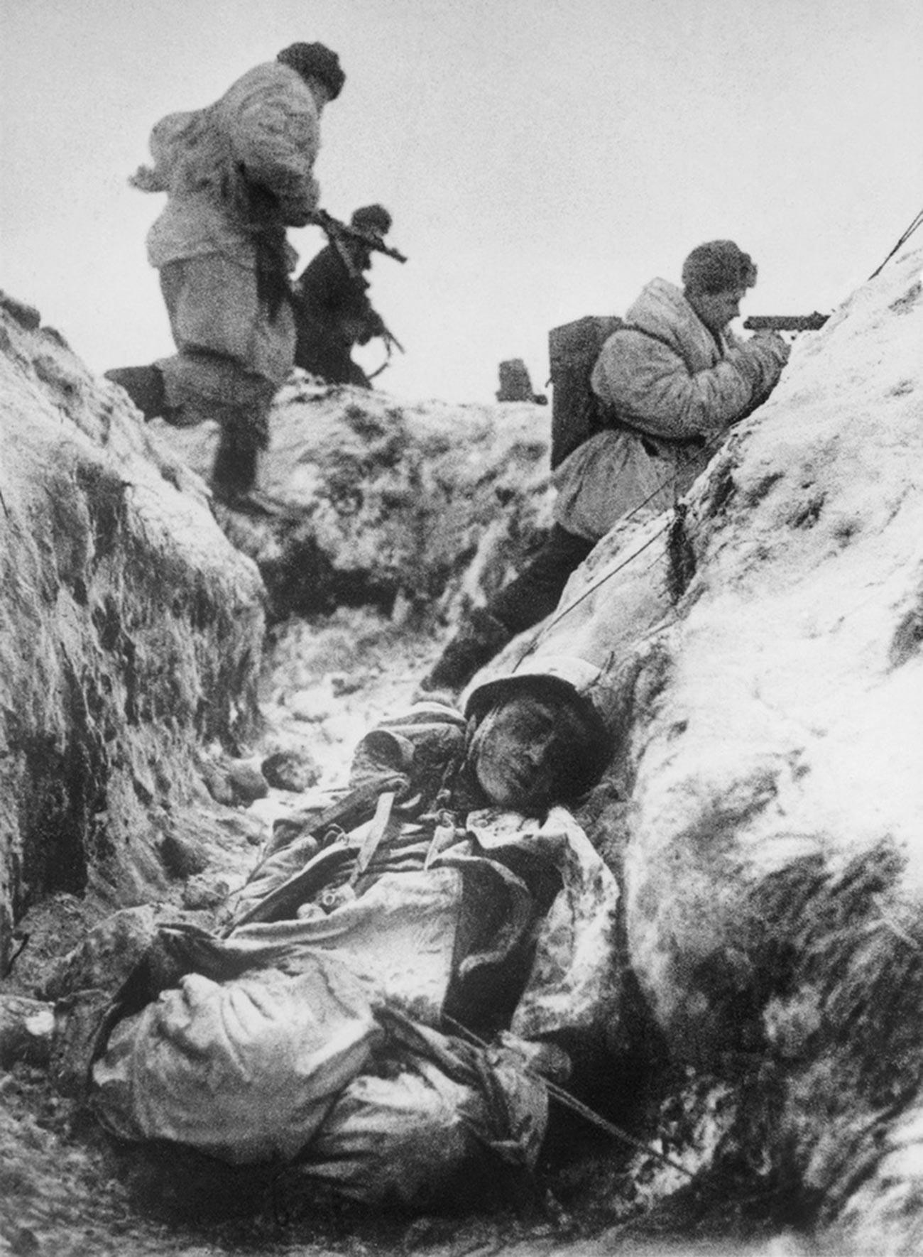 Des soldats soviétiques dans les tranchées pendant la Seconde Guerre mondiale
