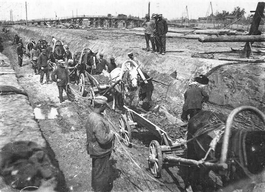 Заключенные Волголага строят первые шлюзы
