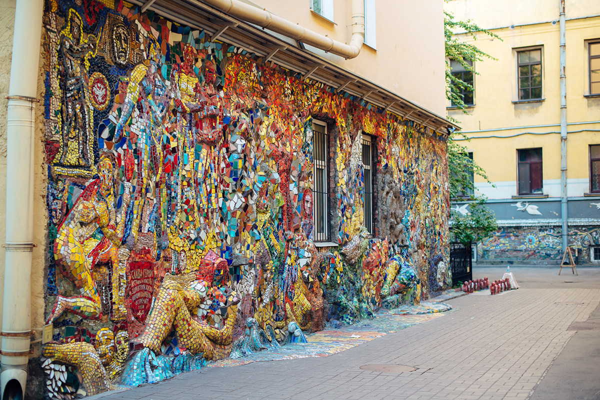 Del mozaika z nizkimi reliefi Vladimirja Lubenka na dvorišču.