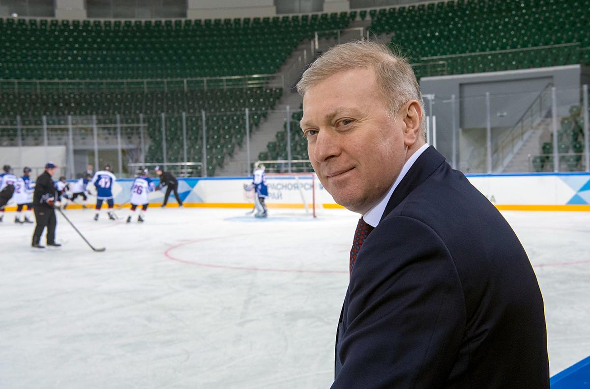 """Председател на борда на руската компания Platinum Муса Бажаев посещава красноярския комплекс за спортове на лед и забавления  """"Платина Арена""""."""