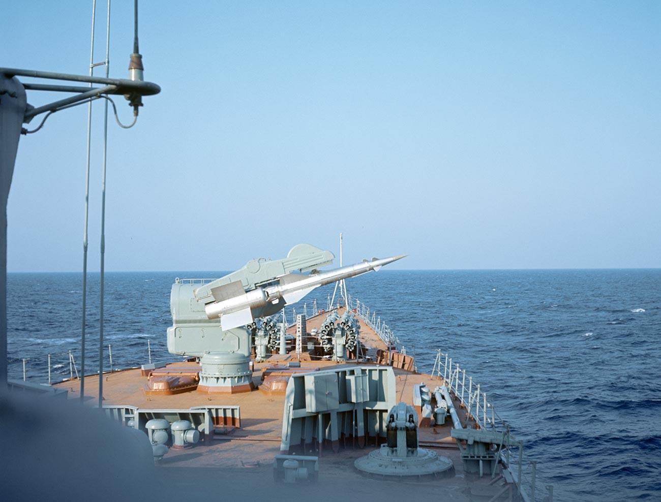 """Маневри """"Океан"""", највећа војна вежба у историји Ратне морнарице СССР-а. Противваздухопловне ракете противподморничког брода на старту. 14. април – 8. мај 1970."""