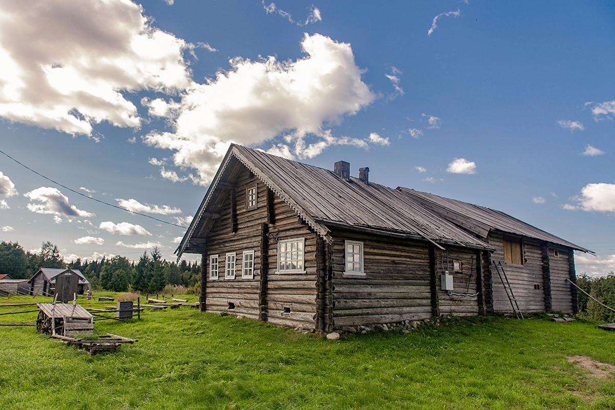 Casette in legno nel villaggio di Kinerma