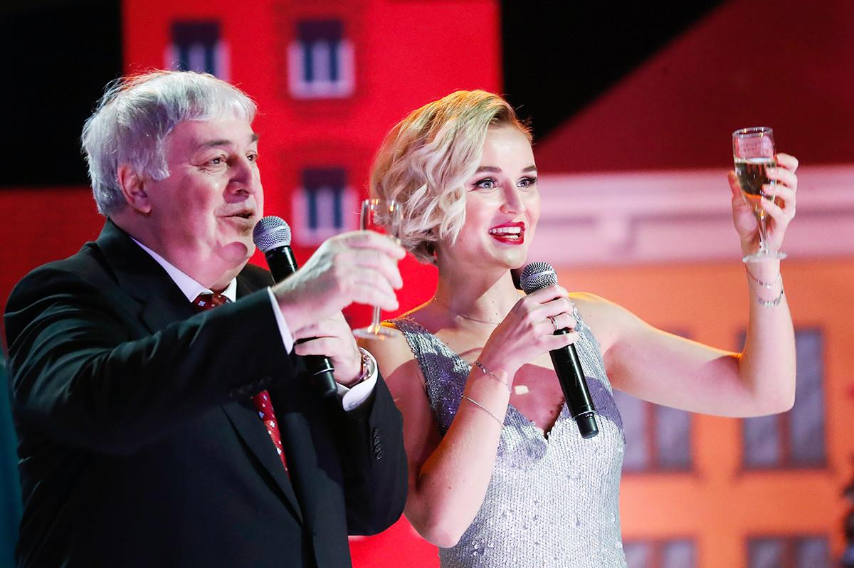 Mikhail Gutseriev e la cantante Polina Gagarina durante il concerto
