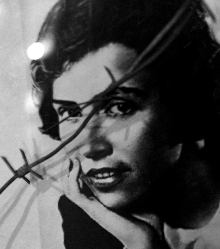 Un ritratto della regista Natalija Sats presentato alla mostra dell'Era Sovietica presso il centro culturale del villaggio di GES a Rybinsk