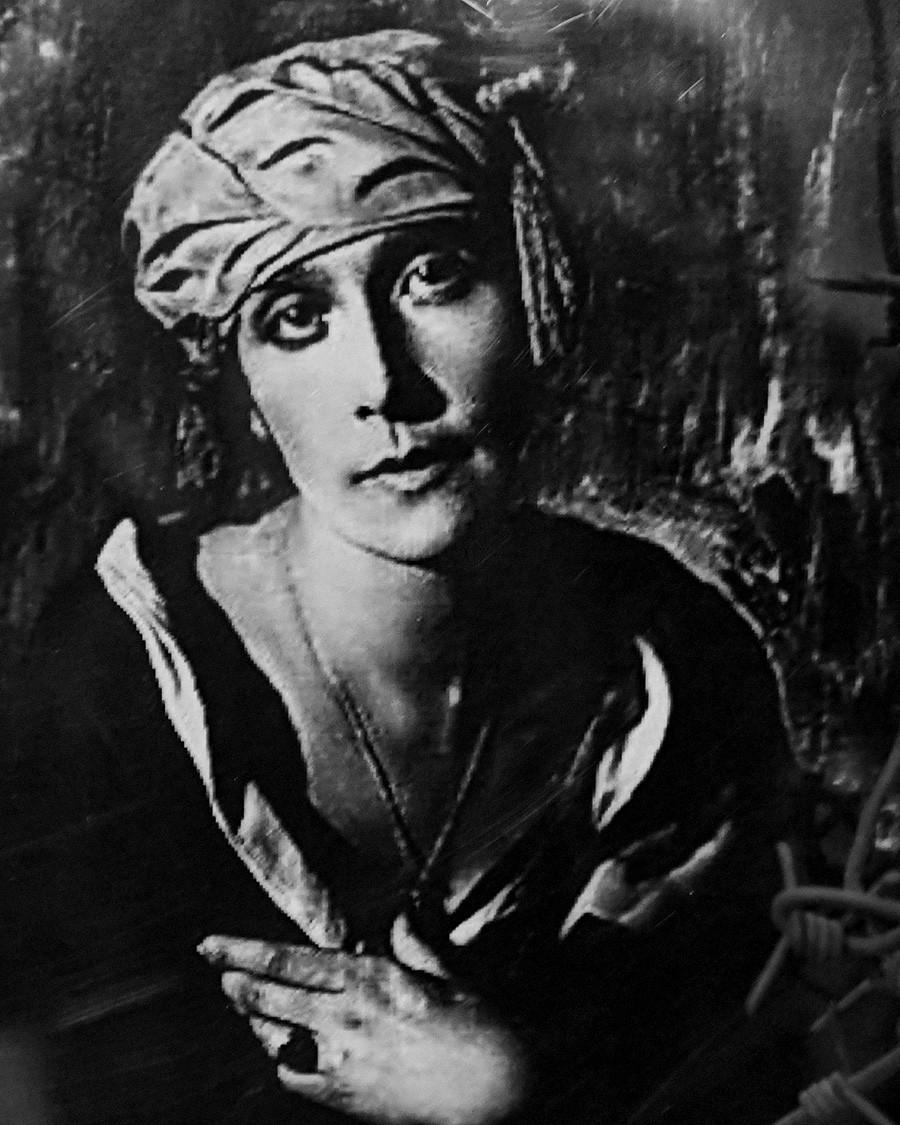 Una foto della scrittrice e poetessa russa Anna Radlova esposta alla mostra dell'Era Sovietica presso il centro culturale del villaggio di GES a Rybinsk. Anna Radlova è stata condannata a 10 anni di prigione dopo la Grande Guerra Patriottica e ha scontato la sua pena a Volgolag