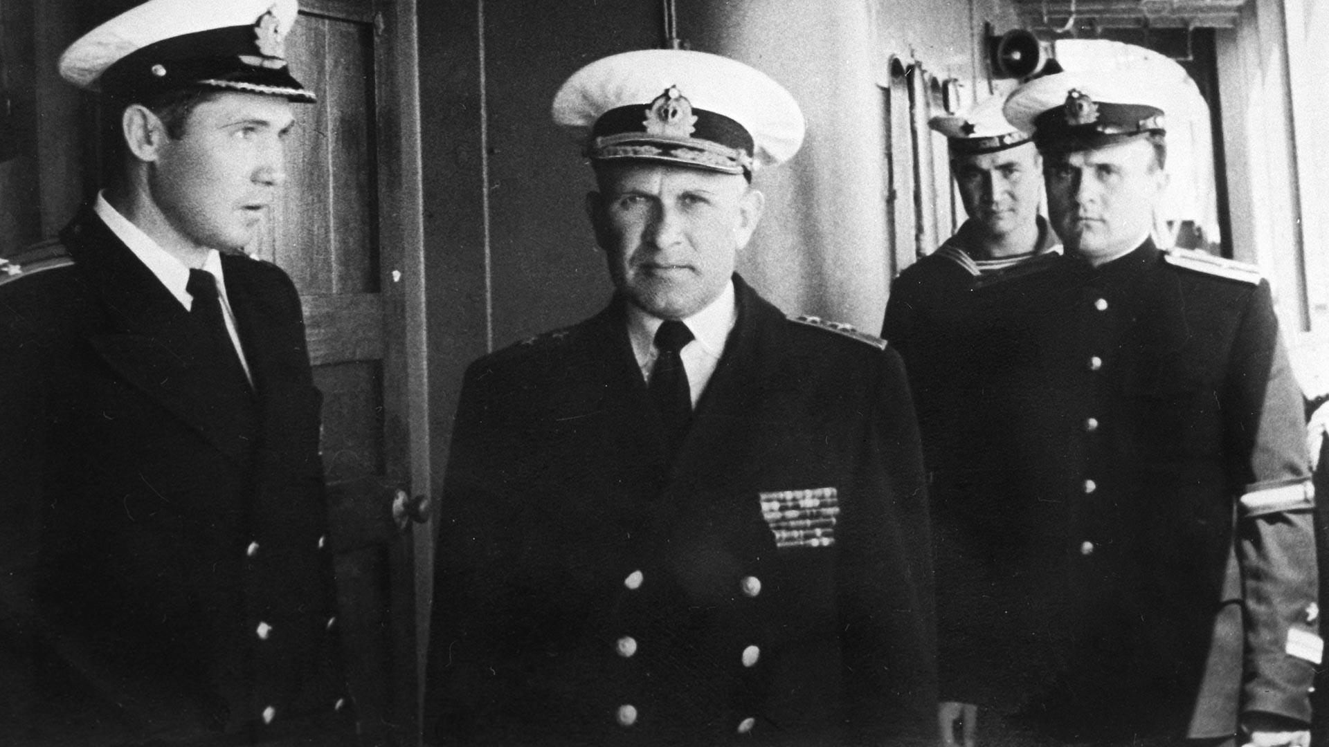 Адмирал Сергей Горшков (в центре) среди моряков Дунайской военной флотилии.