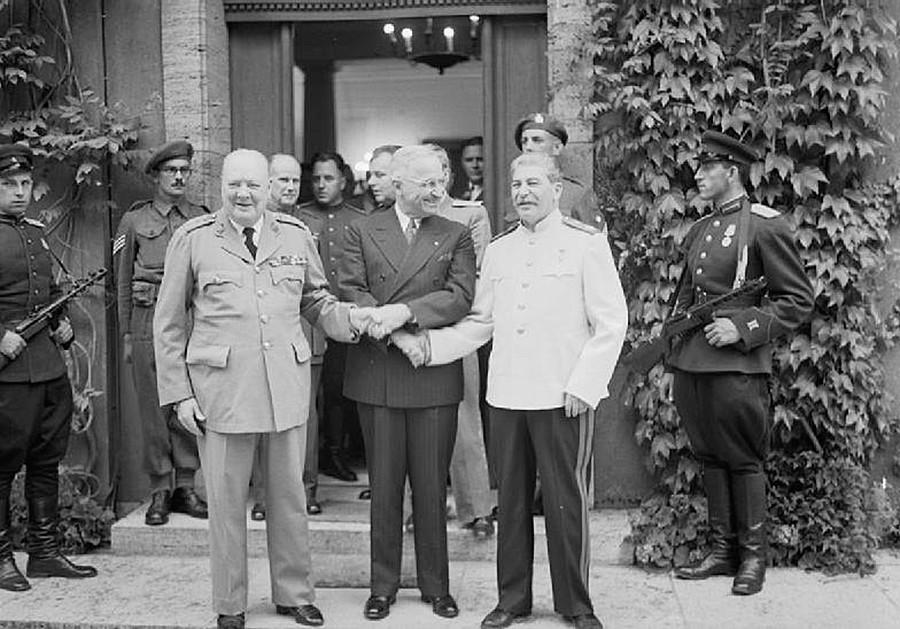 左側からウィンストン・チャーチル、フランクリン・ルーズベルト、ヨシフ・スターリン