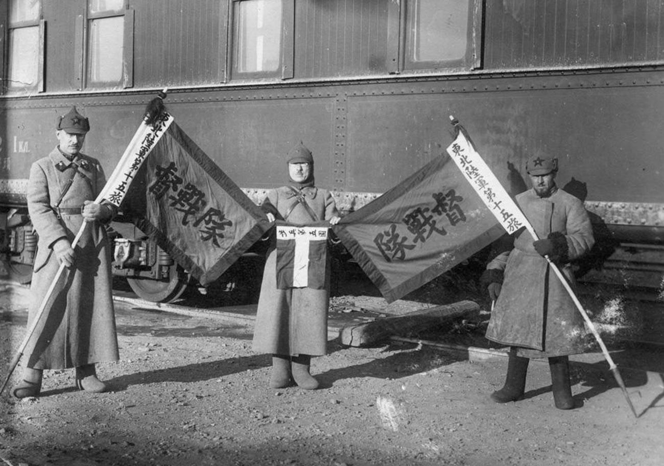 Des soldats soviétiques avec des drapeaux du Parti nationaliste chinois  Kuomintang capturés