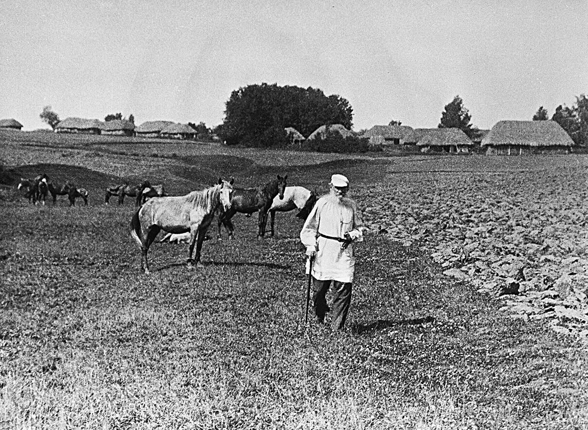 Tolstói caminha por Iásnaia Poliana vestindo uma túnica de camponês.