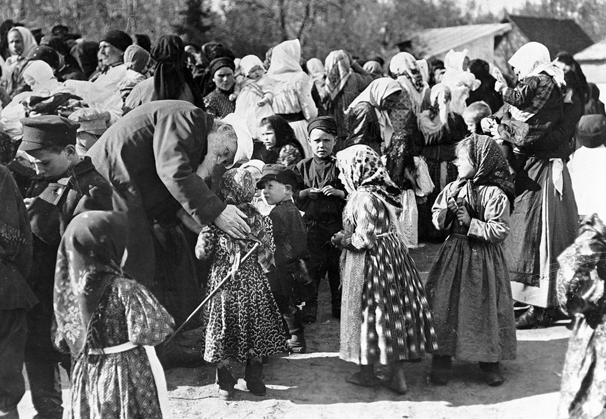 Lev Tolstói conversa com crianças camponesas em sua propriedade Iásnaia Poliana.