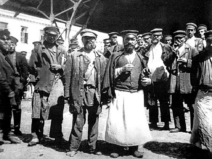 Moradores do distrito de Khitrovka.