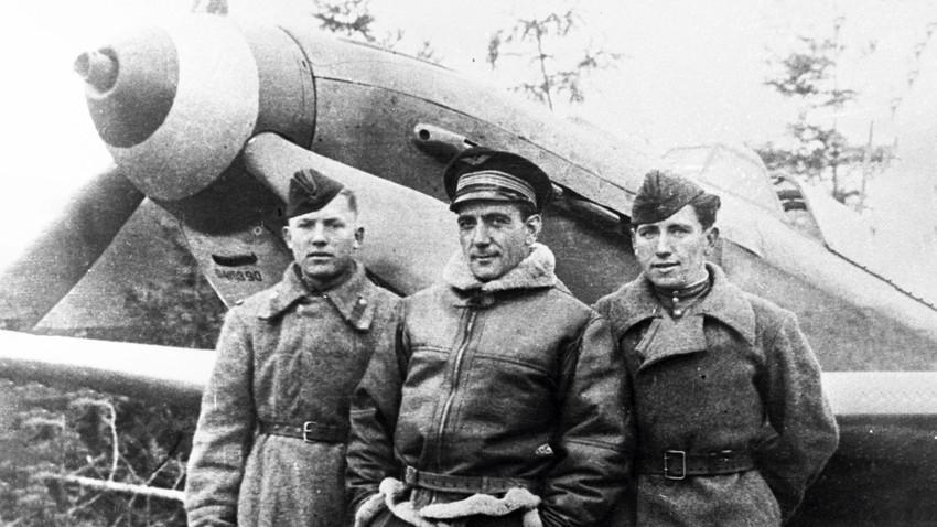 Un pilote français de l'escadrille Normandie-Niemen, accompagné de deux mécaniciens russes.