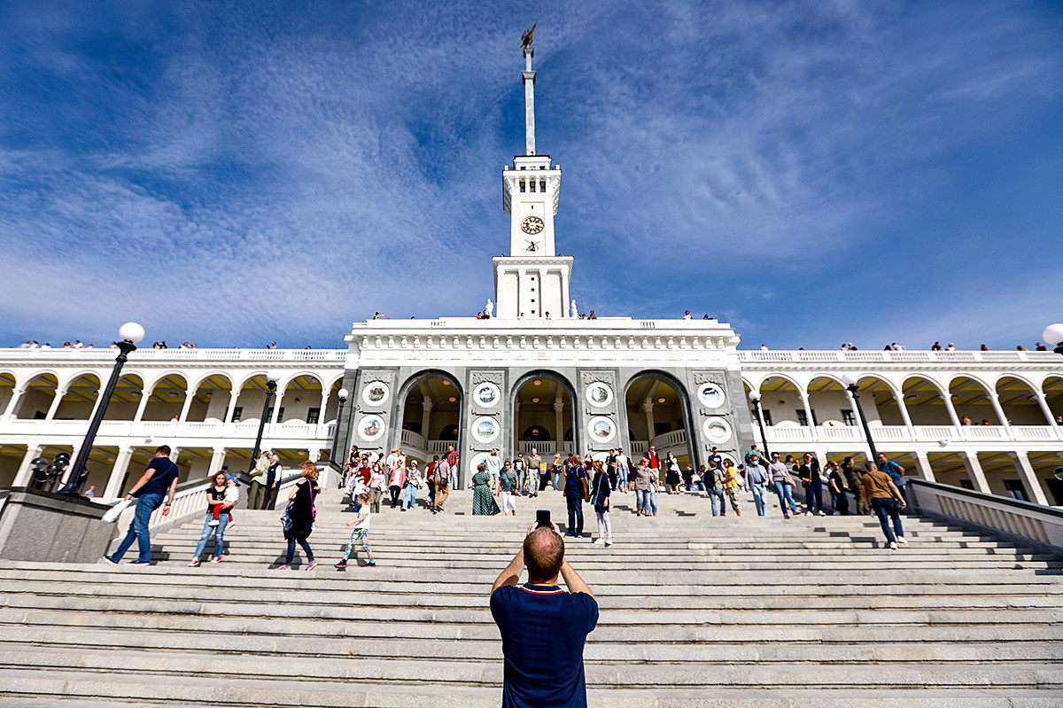L'ingresso principale del Severnyj Rechnoj Vokzal, il terminal per il trasporto fluviale di Mosca
