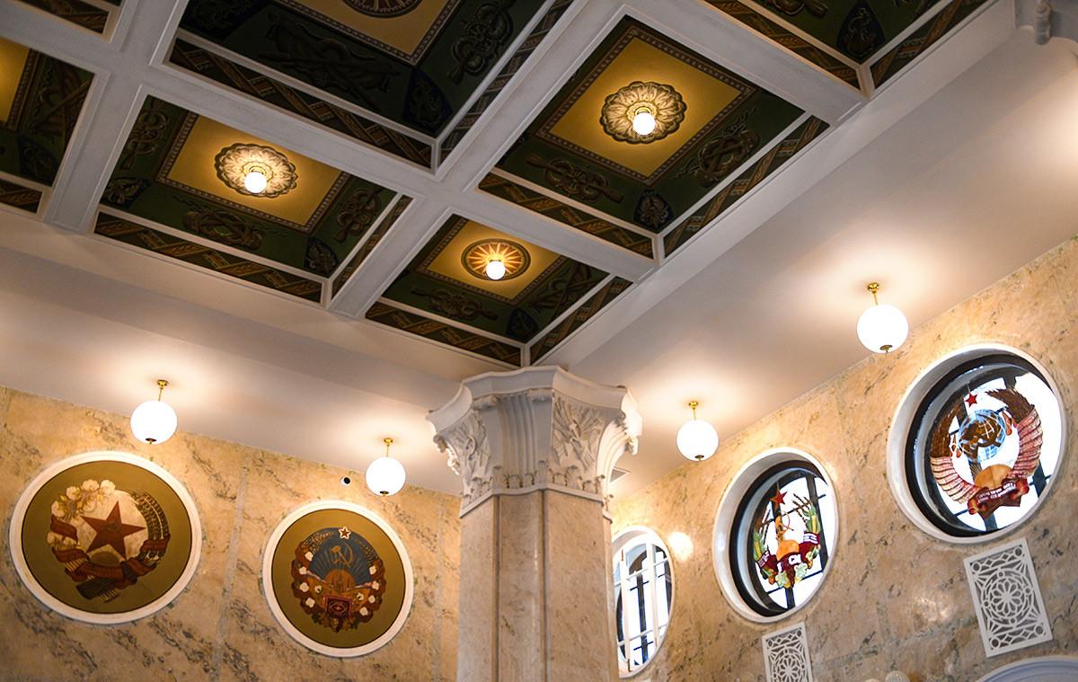 La sala principale è decorata con colonne e medaglioni