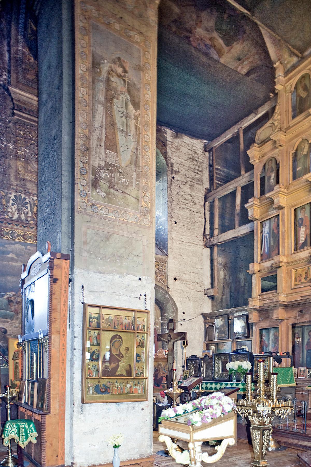 Cathédrale Saint-Boris-et-Saint-Gleb. Intérieur, vue vers le mur nord avec pilier nord-ouest et côté gauche de l'iconostase.