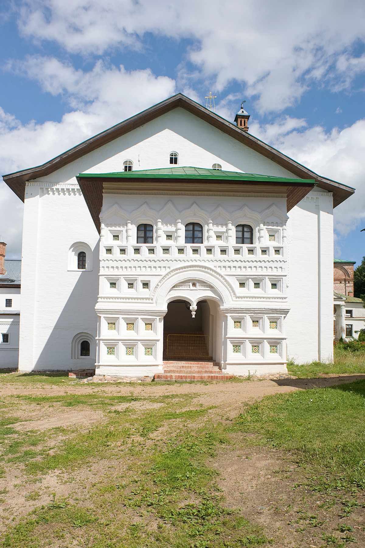 Réfectoire de l'église de l'Annonciation, vue ouest. Narthex avec entrée principale.