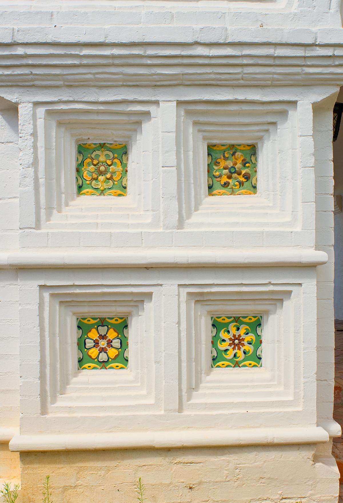 Réfectoire de l'église de l'Annonciation. Carreaux de céramique sur les murs du narthex.