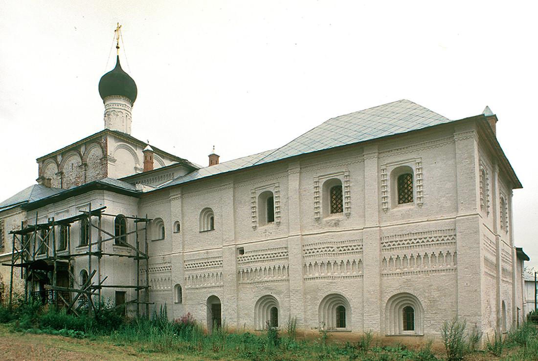 Réfectoire de l'église de l'Annonciation. Vue nord-est avec les chambres de l'abbé attenantes.