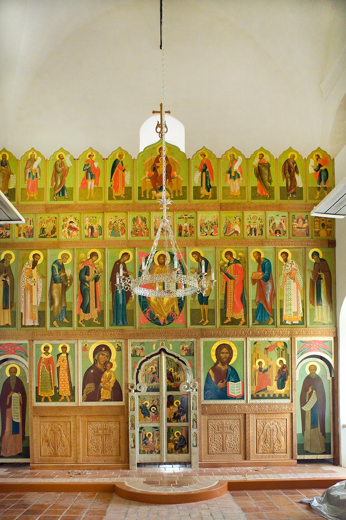 Réfectoire de l'église de l'Annonciation. Vue est vers l'iconostase.