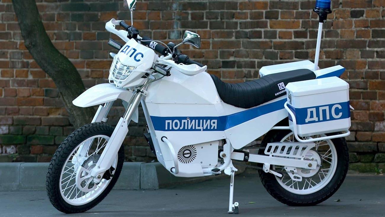 La moto elettrica Izh Pulsar realizzata per le forze dell'ordine