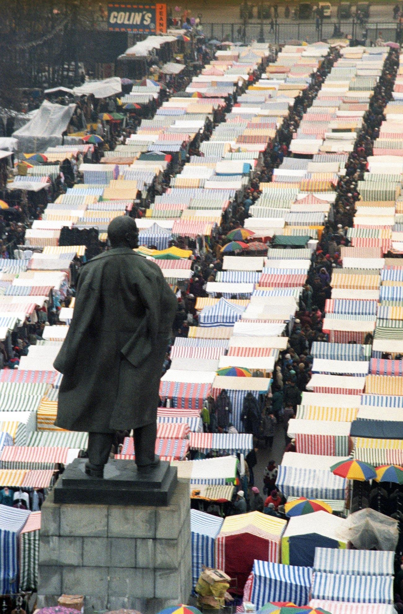 Mercado Lujnikí, em Moscou, 1996.