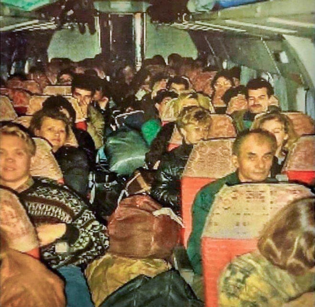 Russos voltando da Turquia em 1992. Corredores de avião iam abarrotados de malas, coisa impensável na atualidade.