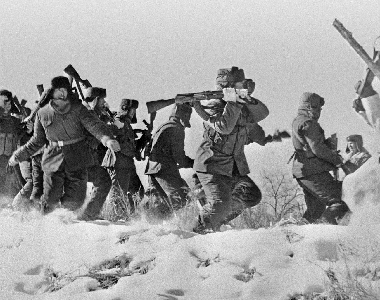 Die chinesischen Soldaten versuchen auf der Insel Damanski in das sowjetische Gebiet einzudringen.