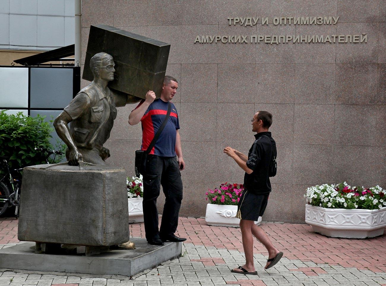 Ein Denkmal für Tschelnoki in Blagoweschtschensk