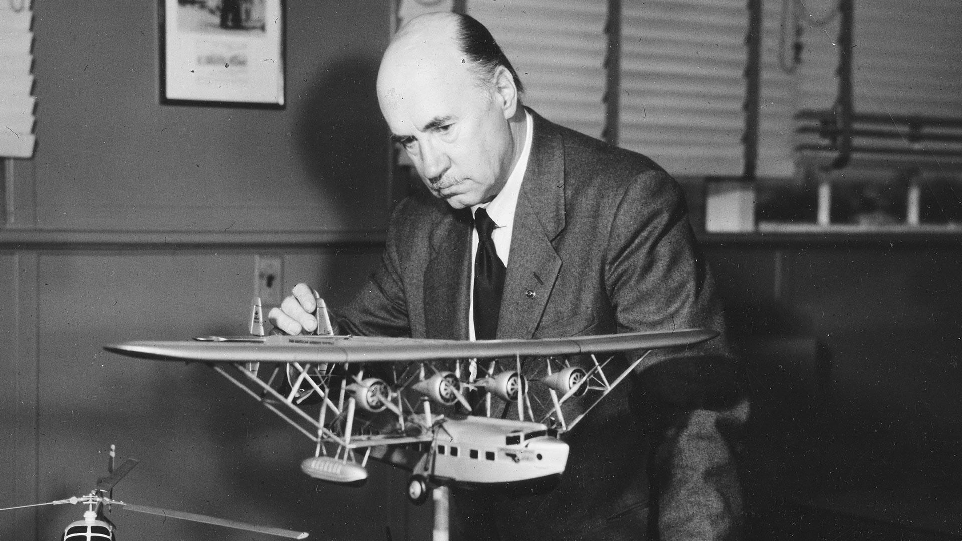 Igor I. Sikorski s maketom višemotornog aviona, sredina 1950-ih.