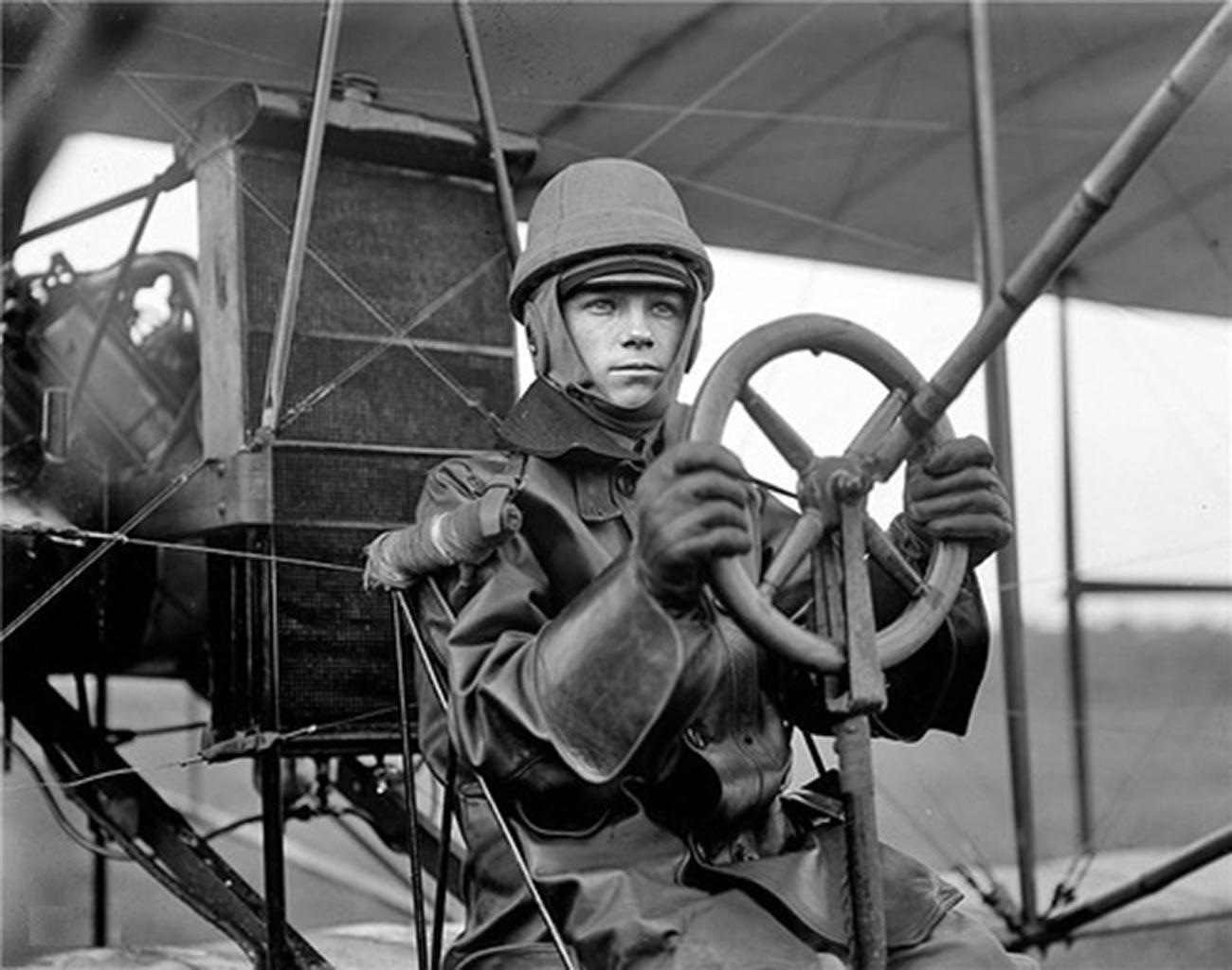 Igor Sikorski u avionu.