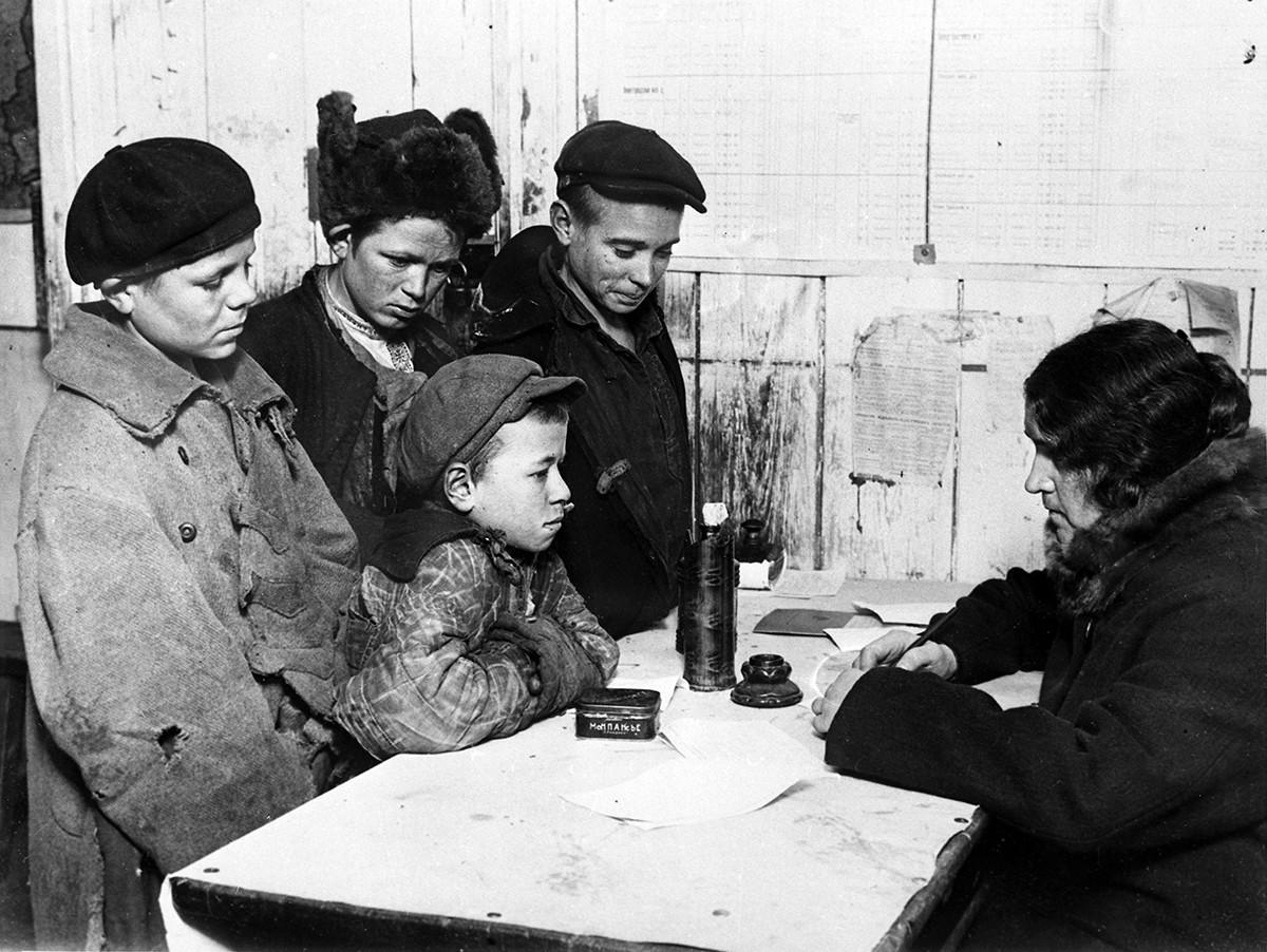 Prijava brezdomnih otrok v šolskem dežurnem kabinetu s pomočjo uslužbenca moskovskega oddelka za javno šolstvo. Leto 1928.