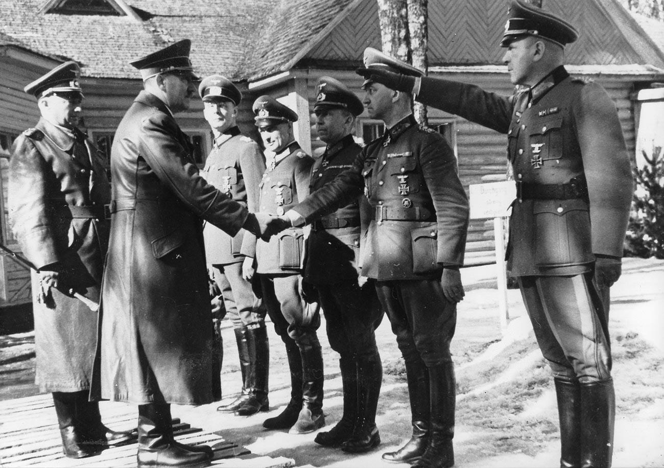 総統大本営ベーレンヘーレを訪れるアドルフ・ヒトラー